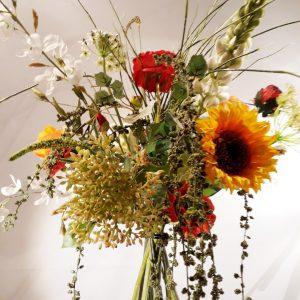 Bloemstuk Bloomon-style oranje-rood 80 cm