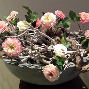 Schaal antraciet met takken en roosjes