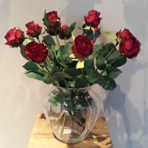 Vaas met rode rozen