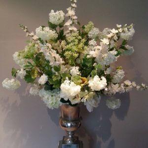 Wit groen zijden bloemstuk