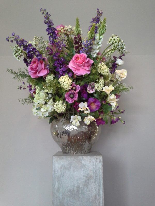 Zijden bloemstuk lupine roos