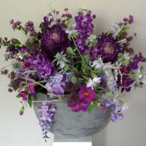 Zijden bloemstuk paarstinten
