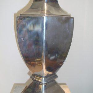 Zilverkleurige vaas op voet